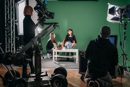 Digital Film Production Studenten filmen ein Video im Studio mit professionellem Equipment