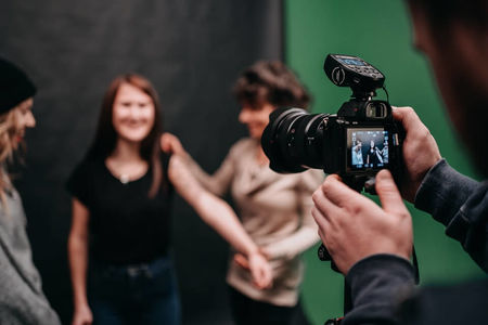 Digital Film Production Student macht ein professionelles Shooting im Studio